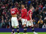 tiga-pemain-manchester-united-tampak-meratapi-gol-gol-liverpool-yang-bersarang.jpg