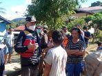 wempi-w-mawa-mengunjungi-korban-banjir-di-desa-harapan-maju.jpg
