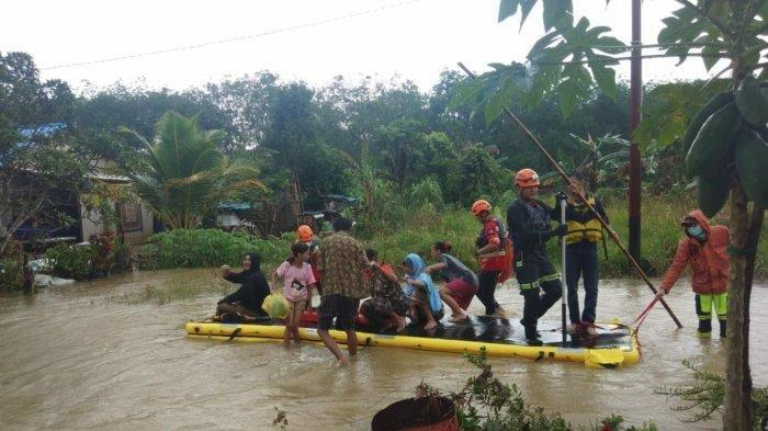 Tim gabungan mengevakuasi warga yang terdampak banjir di beberapa desa pada 2 kecamatan di Tanahbumbu, Kalsel