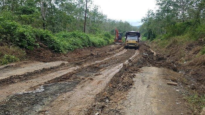 Jalan Alternatif Rusak, Ramli Empat Hari Terjebak di Gunung Mas Banjar Hingga Tidur di Kabin Truk
