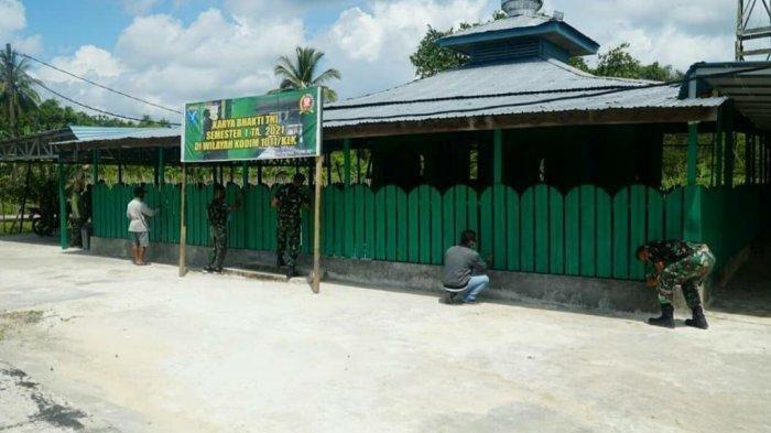 Kodim 1011/Kualakapuas Gelar Aksi Bersih-bersih dan Pengecatan Masjid Nurul Huda Selat Barat
