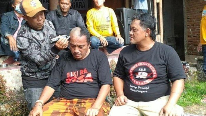Gembira Bupati Ditahan KPK, Warga 7 Hari Syukuran, Aksi Gundul dan Pasang Spanduk