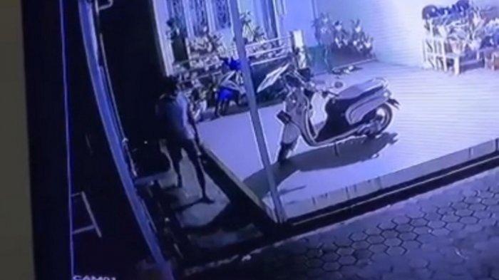 Nekat Panjat Pagar Rumah Gondol LPG 3 KG,  Aksi Dua Pencuri di Batola Kalsel Terekam CCTV