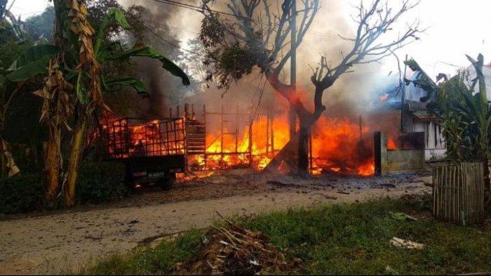 Geger Satu Rumah Terbakar Bersama Mobil Pikap di Tala Kalsel