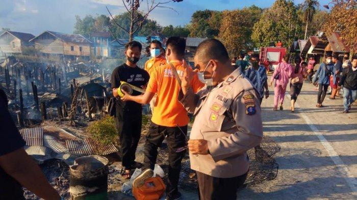 Petugas Polresta Palangkaraya mengumpulkan barang bukti di lokasi kebakaran di Tumbang Rungan Palangkaraya, Kalteng, Selasa (3/8/2021