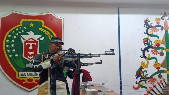 Seorang atlet cabang olahraga menembak Kalteng berlatih di aula KONI Kalteng, Sabtu (18/9/2021).
