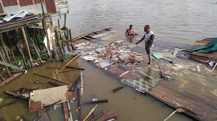 Rumah di Bantaran Sungai Martapura Banjarmasin Ini Tiba-tiba Ambruk, Elly Sebut Hanya 5 Menit