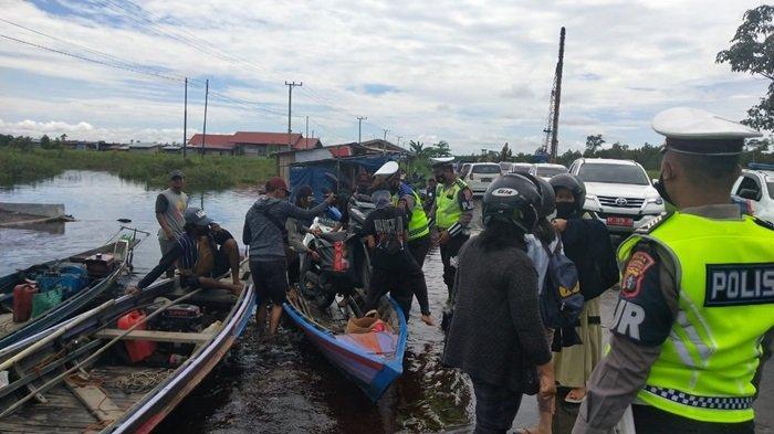 Banjir Kalteng Genangi Jalan Desa Penda Kabupaten Pulangpisau Banjir, Sepeda Motor Naik Kelotok