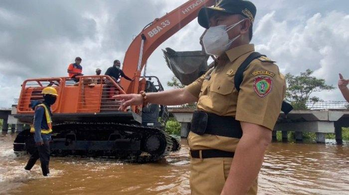 Dinas PUPR Kalteng Siapkan Alat Berat dan Bangun Posko di Titik Jalan Kalteng Terendam Banjir