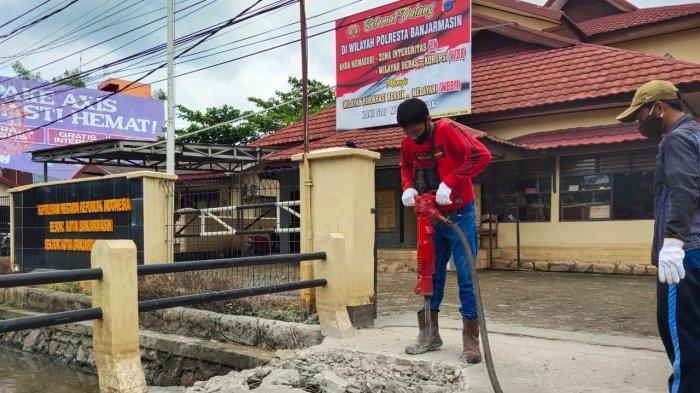 Banjir Kalsel, Jembatan Polsek Banjarmasin Timur Dibongkar Tim Satgas Normalisasi Sungai