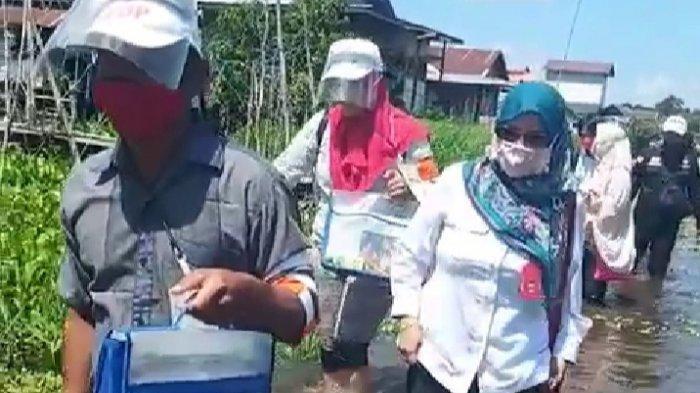 Ketua KPU Palangkaraya Terobos Banjir Pantau Coklit Data Pilgub Kalteng