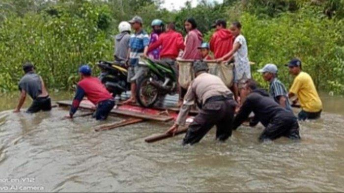 Banjir Rendam Jalan Seruyan Tengah, Ranmor Terpaksa Diseberangkan Pakai Rakit