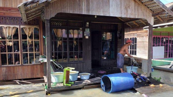 Usai Diterjang Banjir, Warga Kintap Tanahlaut Kalsel Mulai Bersih-bersih Rumah
