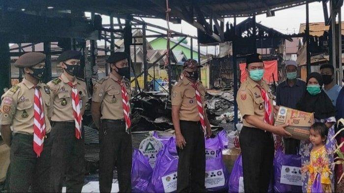 Pramuka Kapuas Bantu Korban Kebakaran di Jalan Anggrek