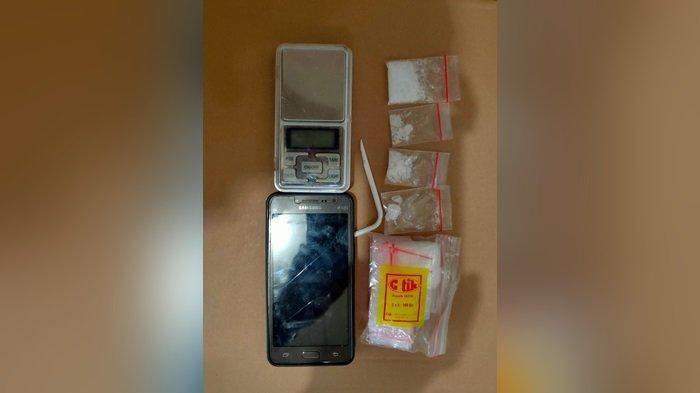 Polisi Sergap Ibu Muda Pengedar Narkoba Baamang Sampit Saat di Kamar Rumah, 4 Paket Sabu Diamankan
