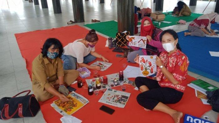 Peringati Hari Batik Nasional Yayasan Govinda Latih Perempuan Kalteng Membatik di Rumah Betang