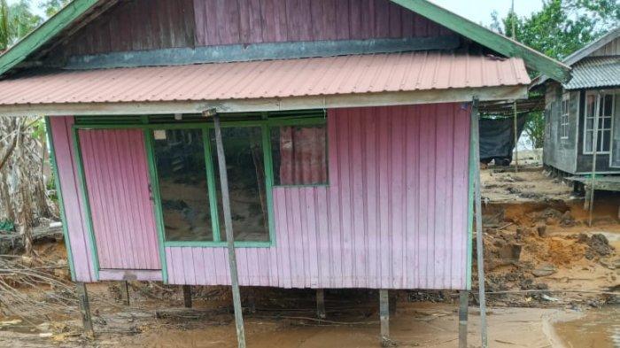 Digerus Banjir, Rumah Pagatanbesar Tala Kalsel Nyaris Ambruk