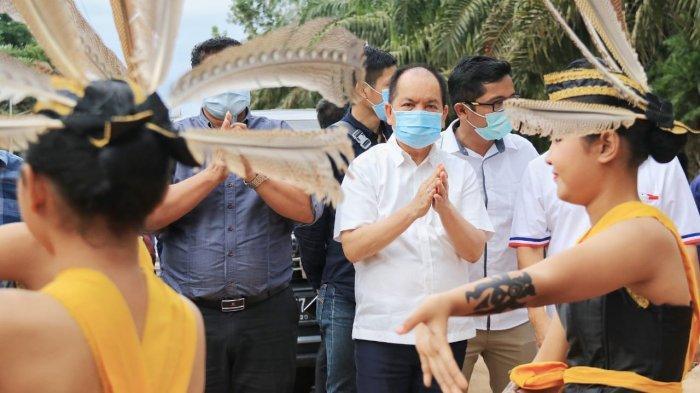 Antusias Masyarakat Pondok Damar, Sambut Ben Bahat dengan Prosesi Adat Dayak