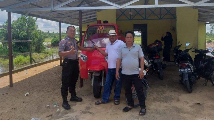 Sambangi Balai Desa, Bhabinkamtibmas Desa Saka Batur Kapuas Hilir Cek Peralatan Damkar