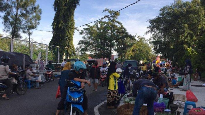 Relokasi PKL Kalsel, Pedagang Subuh Pasar Bauntung Nekad Jualan di Lapangan Murjani Banjarbaru