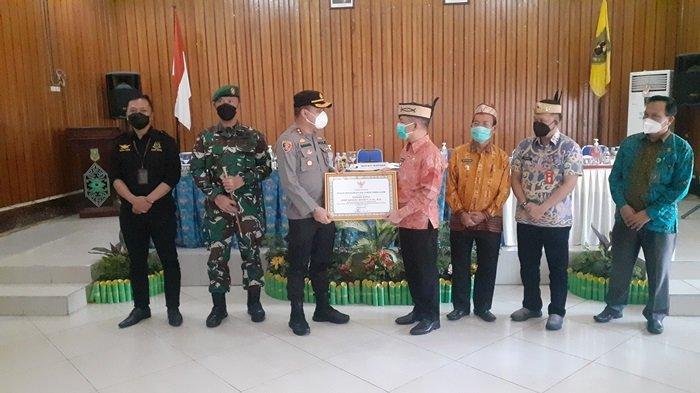 Bupati Kapuas Beri Penghargaan Kapolres Kapuas, Apresiasi Sinergi Bantu Tekan Penyebaran Covid-19