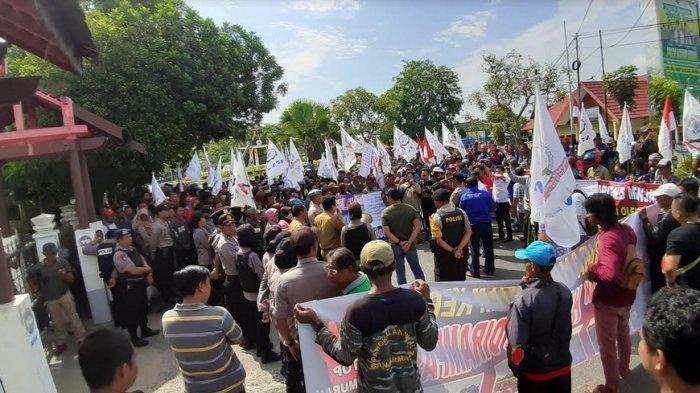 Ratusan Buruh Tuntut Haknya di Depan Kantor DPRD Kapuas Kalteng, Gagal Bertemu Anggota Dewan