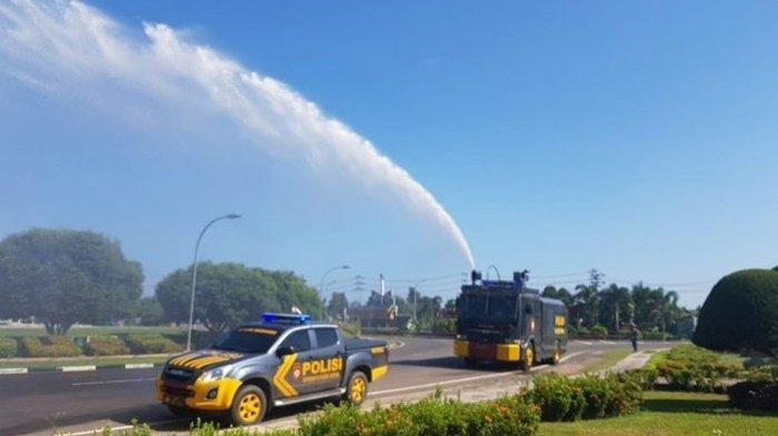 Cegah Covid-19, Polres Kapuas Gunakan Water Cannon Semprotkan Desinfektan