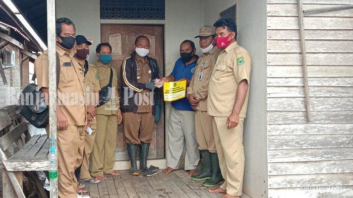 Penyaluran BLT APBD di Desa Cemara Labat Kapuas Kuala Dilakukan Rumah ke Rumah