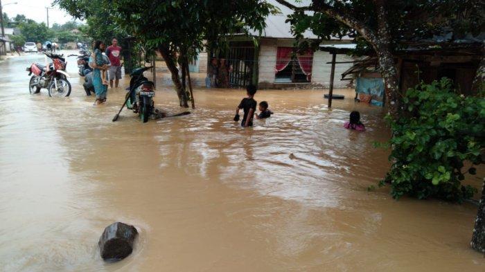 Cempaka Terendam Banjir Mulai Dini Hari, Danramil Banjarbaru Turun Langsung