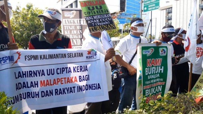 Ribuan Buruh dan Pekerja Banjiri Jalan Lambung Mangkurat Gelar Aksi Penolakan UU Cipta Kerja