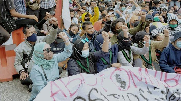 Ratusan Mahasiswa dan Buruh Kotim Unjukrasa Tolak UU Cipta Kerja Omnibus Law