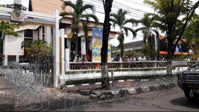 Aksi Unjuk Rasa Tolak UU Cipta Kerja Tegang, Aparat Pasang Kawat Berduri di Gedung DPRD Kalsel