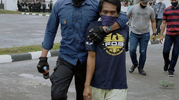 Satu Orang Diamankan Polisi Saat Aksi Penolakan UU Omnibus Law di Depan Gedung DPRD Kalteng
