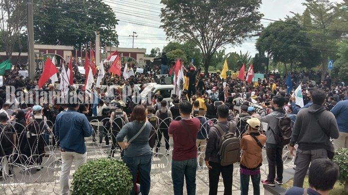 Ribuan Gabungan Mahasiswa Gelar Aksi Di Gedung DPRD Kalteng Tolak UU Omnibus Law