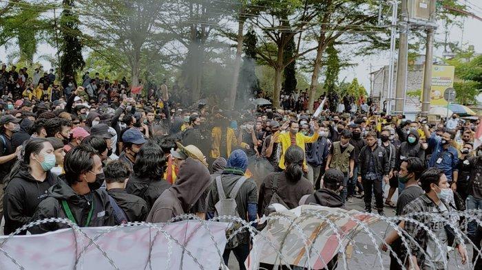 Dewan Bungkam Mahasiswa Kalteng Bakar Ban Dalam Aksi Tolak UU Omnibus Law