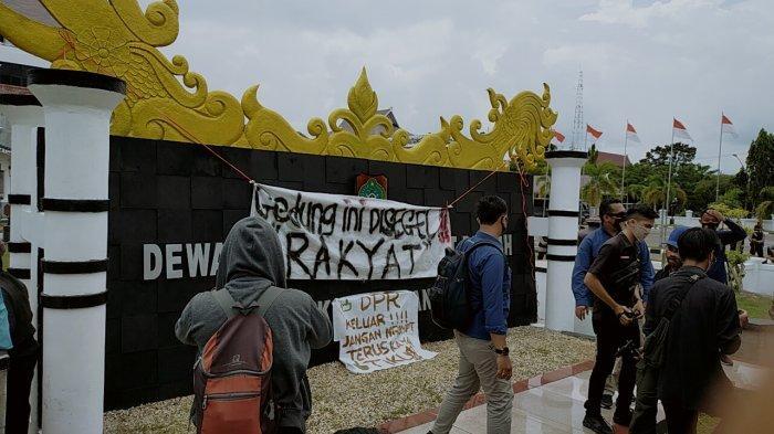 VIDEO Mahasiswa Pasang Spanduk Segel Gedung DPRD Kalteng