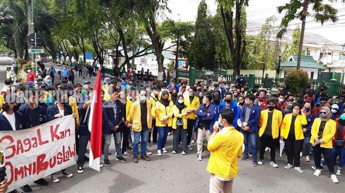 Unjuk Rasa Omnibus Law UU Cipta Kerja Kembali Berlangsung di kawasan DPRD Kalsel