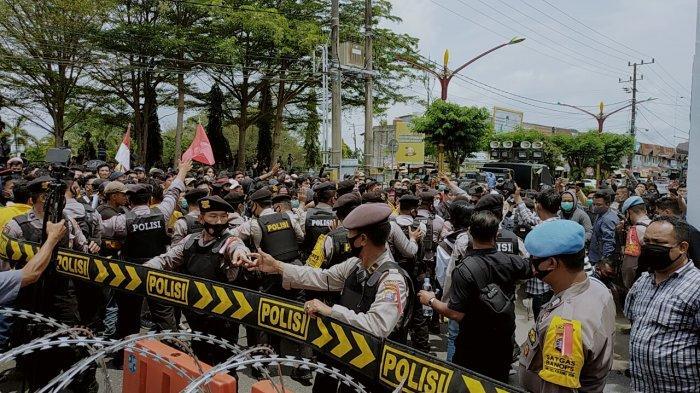 Mahasiswa Desak Masuk Gedung DPRD Kalteng Di Tahan Pagar Betis Polisi