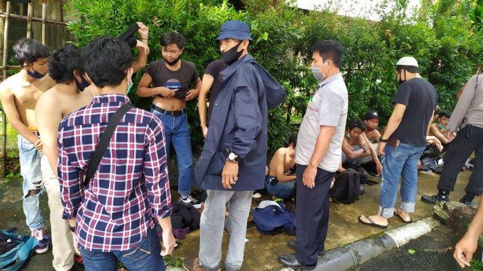 NEWSVIDEO Pelajar dan Warga Diamankan Petugas Kepolisian Karena Mau Ikut Demo di DPRD Kalsel