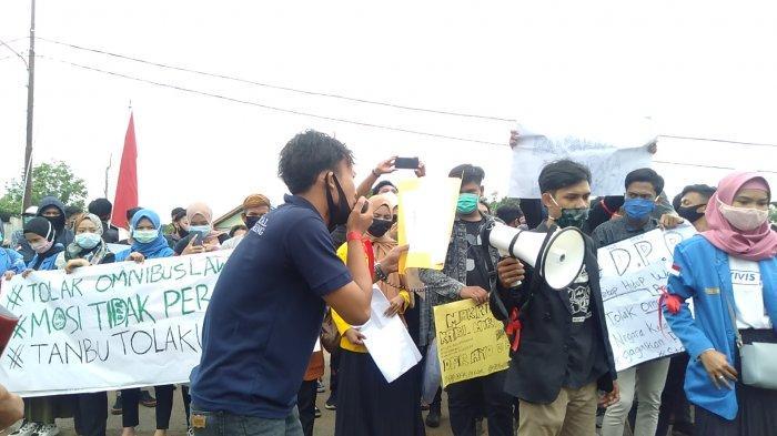 Ratusan Mahasiswa Unjuk Rasa ke kantor DPRD Tanbu, Tolak Omnibus Law