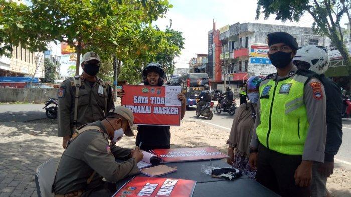 Warga Tak Bermasker di Banjarmasin Dihukum Membawa Papan Tulisan