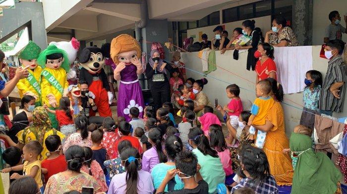 Hibur Anak-anak Korban Banjir, Dinas Perpustakaan dan Kearsipan Kalsel Hadirkan Badut