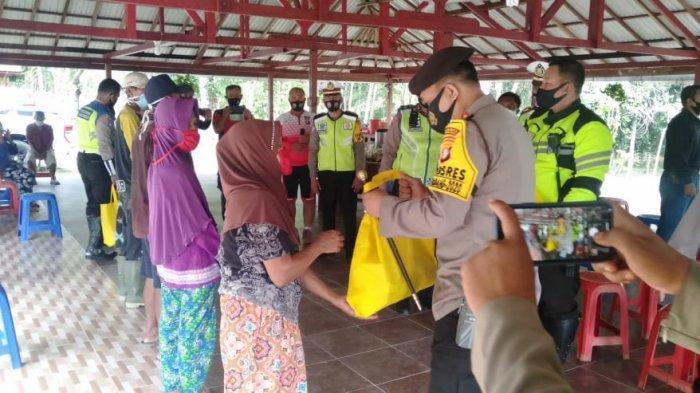 Kapolresta Palangkaraya Bagikan Bansos dan Ingatkan Warga Bukitbatu Selalu Pakai Masker
