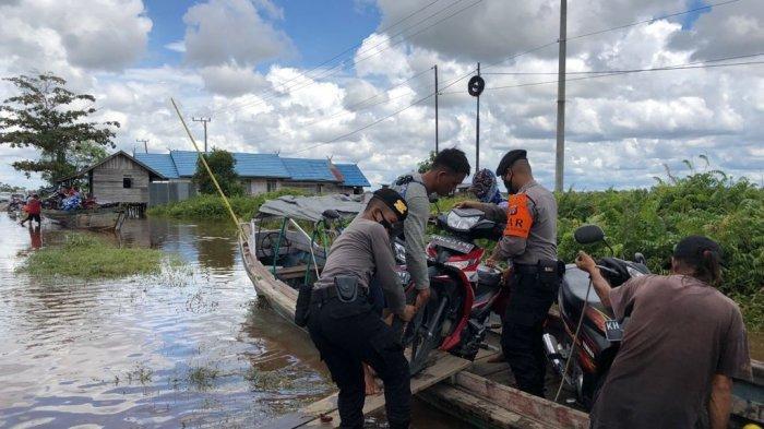 Penumpang travel atau pengendara sepeda motor dari Palangkaraya ke Buntok atau sebaliknya, harus estapet menggunakan kelotok saat melintasi kawasan banjir di Bukit Rawi, Senin (13/9/2021).
