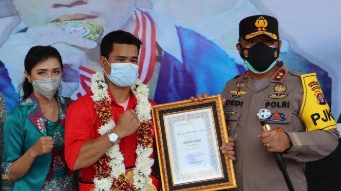 Eyger Sing Lamandau alias Hamson Lamandau, kelahiran 15 Maret 1994 di Desa Harowu Kecamatan Miri Manasa Kabupaten Gunungmas, Kalimantan Tengah, juara World Boxing Council (WBC) Internasional saat di Mapolda Kalteng, Jumat (16/4/2021).