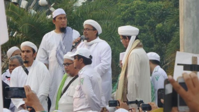 Rizieq Shihab Datang ke Masjid Istiqlal, Peserta Aksi 112 Buat Barikade