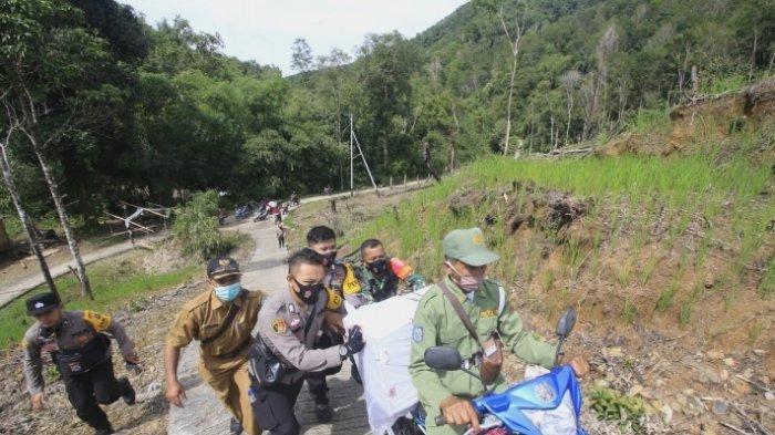 Jalan Stapak Menanjak, Motor Petugas Pengantar Logistik ke Haratai Didorong