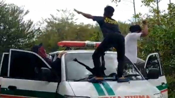 Tangkapan layar video aksi goyang di ambulans yang kabarnya dilakukan mahasiswa KKN di Desa Humbang Raya, Kecamatan Mantangai, Kabupaten Kapuas, Kalteng