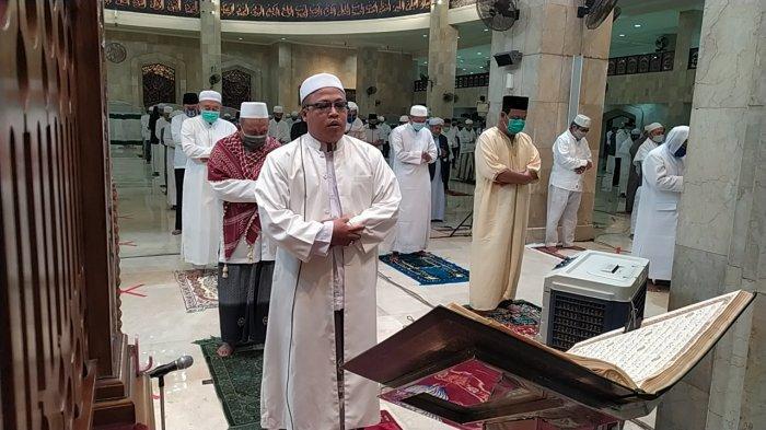 Bapaslon Gubernur H Sahbirin Noor dan H Muhidin Salat Subuh di Masjid Raya Sabilal Muhtadin