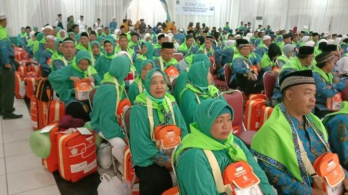 Sebanyak 318 Calon Haji Kloter 11 Palangkaraya Dilepas Wali Kota ke Asrama Haji Banjarbaru Kalsel